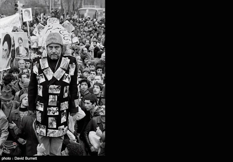 این مرد عکس های از شهدای دفاع از اسلام و عکس هایی از جنایات « شیطان محمدرضاشاه » را به لباس خود چسبانده است
