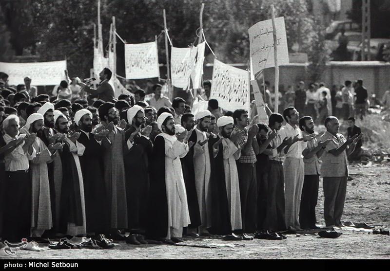 اقامه نماز جماعت در ظهر راهپیمایی علیه رژیم ضد دین پهلوی