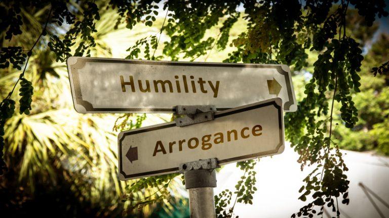 آیا تواضع و مغرور نبودن، امری ساده لوحانه و یا حتی ریاکارانه است؟