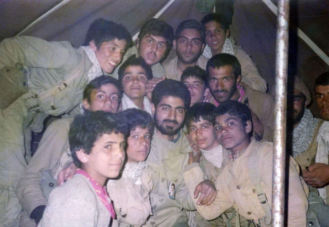 شهید حاج قاسم سلیمانی در جمع رزمندگان نوجوان دفاع مقدس