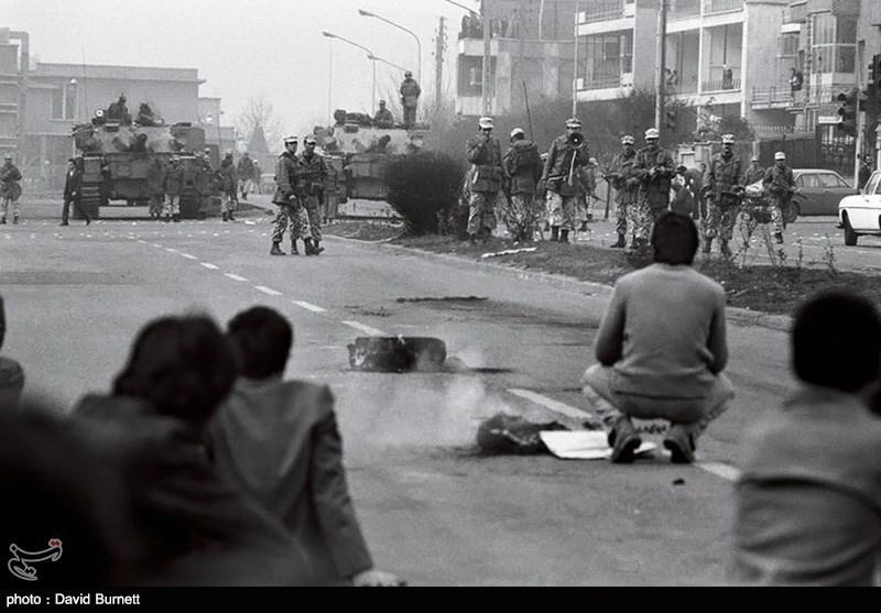 باقیمانده طرفداران شاه و آن هایی که هنوز از کشور خارج نشده بودند با تانک به دنبال کشتن مردم بودند