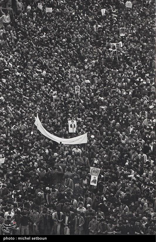 سرانجام در 12 بهمن 1357 همراه با شعار «دیو چو بیرون رود، فرشته درآید»، امام خمینی(ره) با استقبال با شکوه مردم به ایران بازگشت