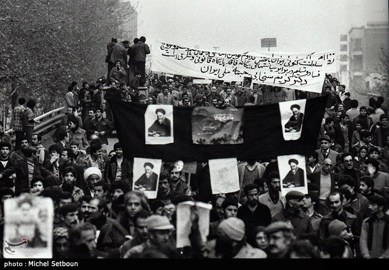 مردم عکس های امام خمینی که از سال های قبل داشتند بالای دست گرفتند و راهپیمایی کردند